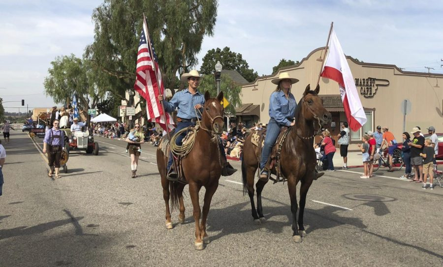 The+Equestrian+Unit+marches+down+High+Street%2C+featuring+members+of+the+Folklorico+dance+group+and+Fillmore+Cowboys%2C+during+the+2018+Moorpark+Country+Days.++++++Photo%3A+Courtesy+of+Moorpark+Country+Days