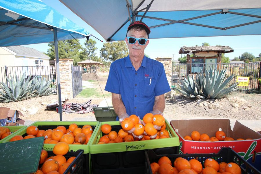 Bill+Oliver+of+Simi+Valley+passes+out+free+oranges+at+Simi+at+the+Garden%27s+free+farmers+market+on+Nov.+20.+Photo+credit%3A+Justin+Downes